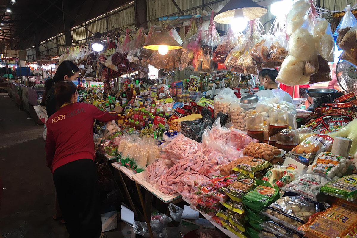 ຕະຫຼາດວິທະຍາເຂດດົງໂດກ ເລີ່ມມີຜູ້ບໍລິໂພກເບົາບາງລົງ | Vientiane Mai